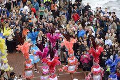 Cerca de 10.000 ciudadanos y turistas asisten en Las Canteras el pasacalle más playero del Carnaval