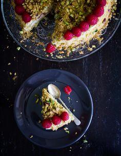 Dość łatwy, bezglutenowy tort na mielonych pistacjach, z dodatkiem masy z włoskiego serka ricotta, białej czekolady i malin. Taki pistacjowytort jadłam kilka lat temu w osławionej Caffe Greco na V...