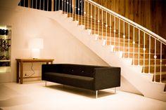 Double Square Light est une lampe de table imaginée par le designer Marcel Wanders pour la collection Moooi. Avec son socle et son abat-jour carrés et habillés de coton laminé à l'aspect satiné, elle permet à la lumière de se répandre à partir du bas.