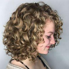 gestufte haare lockig kurz bob stufen #hairstyles   haare ...