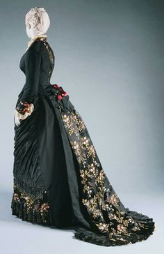 Forward House of Worth mourning dress. LIke the beading at front bottom, color and back train detail.House of Worth mourning dress. LIke the beading at front bottom, color and back train detail. 1870s Fashion, Edwardian Fashion, Vintage Fashion, Vintage Couture, Vintage Beauty, House Of Worth, Vintage Gowns, Vintage Outfits, Vintage Clothing
