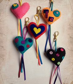 I like the ribbon Felt Keychain, Cute Keychain, Hobbies And Crafts, Crafts To Make, Arts And Crafts, Foam Crafts, Fabric Crafts, Felt Christmas Decorations, Felt Patterns