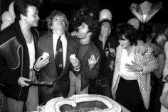 FESTA DE ANIVERSÁRIO PARA ROD STEWART NO COMPANHEIROS NIGHT CLUB. Rod Stewart com Paul Young, George Michael, cliff Richard e Ronnie Wood.