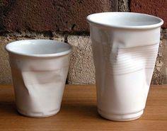 Пластиковый стаканчик из фарфора придумал дизайнер Robert Brandt.