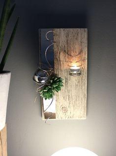 WD77 – Edle Wanddeko aus altem Holz! Altes Holzbrett thermisch behandelt, gebeizt und dekoriert mit einer Edelstahlleiste, künstlichen Sukkulenten, Edelstahlkugel und einem Teelicht! Preis 44,90€ – Höhe ca. 40cm