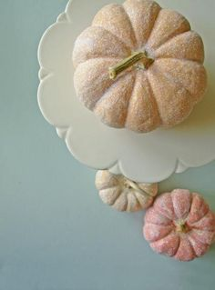 Here's a nice way to pretty up those Halloween pumpkins. Cover them with glue, sprinkle them with sugary glitter. Autumn Crafts, Holiday Crafts, Holiday Fun, Holiday Ideas, Holidays Halloween, Halloween Crafts, Halloween Decorations, Decoration Party, Fall Decorations