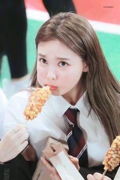 Nayeon:I'm sooo full Kpop Girl Groups, Korean Girl Groups, Kpop Girls, Sana Momo, Nayeon Twice, Twice Once, Twice Kpop, Im Nayeon, Hirai Momo