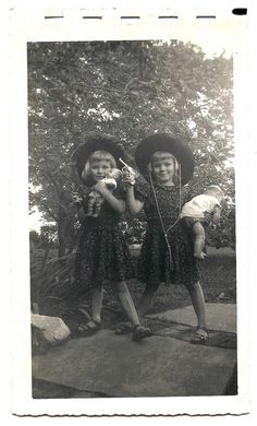 Twin little girls with cowgirl hats, toy pistols and dolls. Vintage photo from around LOL.I remember wanting to be a cowgirl! Vintage Children Photos, Vintage Pictures, Old Pictures, Vintage Images, Old Photos, Antique Photos, Vintage Cowgirl, Vintage Twins, Vintage Dolls