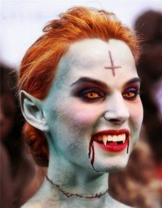 Check Out 20 Vampire Halloween Makeup To Inspire You. Vampire makeup can be a fun and easy costume to make and requires materials. Halloween Zombie, Halloween Fotos, Cool Halloween Makeup, Halloween Horror, Halloween Party, Halloween Costumes, Halloween Makeup Vampire, Vampire Masquerade, Horror Party