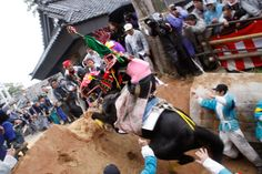 This is a divine work of the Inabe shrine in Toin-cho, Mie in Japan.   This raising horse divine work is a precious divine work performed only at two places in Japan.   If a horse can go up a hill, it hands down that happiness comes.