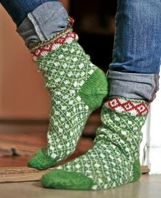Vi 2 i sommar: sommarstrump Knitting Socks, Hand Knitting, Knitted Hats, Knitting Patterns, Knit Socks, Lots Of Socks, Cosy Socks, Caron Yarn, Woolen Socks