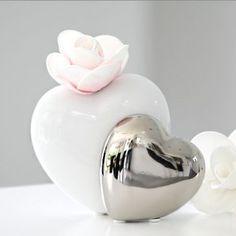 Diese romantische Vase in Silber-Weiß ist ein echter Hingucker auf jeder Hochzeitstafel! Ein weißes und ein silbernes Herz verschmelzen zu einer wunderbaren kleinen Vase.