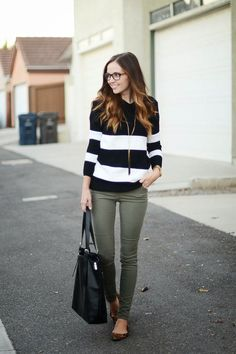 I love the olive pants and striped sweater, looks great together. I love olive pants for fall Fall Winter Outfits, Autumn Winter Fashion, Summer Outfits, Olive Skinnies, Khaki Skinnies, Khaki Pants, Best Street Style, Street Styles, Casual Outfits