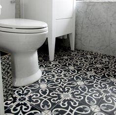 Marockanskt Kakel Kusbah är en vackert mönstrad, svart och vit cementplatta med grå detaljer från vårt marockanska sortiment. används till golv och väggar.