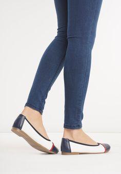 Biało-Granatowe Balerinki Zinna - born2be.pl Birkenstock, Sandals, Clothes, Shoes, Fashion, Outfits, Moda, Shoes Sandals, Clothing