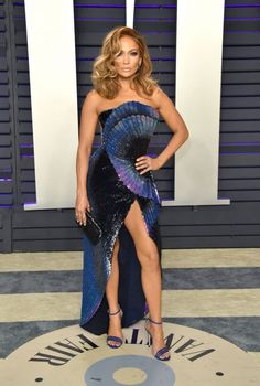 Jennifer Lopez Strapless Dress - Jennifer Lopez went for modern glamour in an iridescent strapless gown by Zuhair Murad Couture at the 2019 Vanity Fair Oscar party. Emily Ratajkowski, Party Looks, Red Carpet Dresses, Blue Dresses, Party Dresses, Kendall Jenner, Jennifer Lopez Fotos, Jennifer Lopez Red Carpet, Oscar Verleihung
