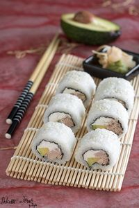Uramaki philadelphia e tonno - Philadelphia Roll - Philadelphia Maki Sushi Co, Diy Sushi, Antipasto, My Favorite Food, Favorite Recipes, Sushi Time, International Recipes, Food Presentation, Asian Recipes