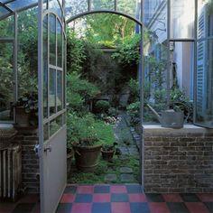 Un patio avec des plantes à rentrer l'hiver - Marie Claire Maison