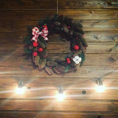 Новогодний декор: венок из шишек, клубочков.. И как сделать цветок хлопк...