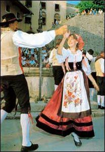 """Danza in costume friulano nel 'piazzalino del pozzo', alla festa della """"Madonna di Castelmonte"""" . Friuli Traditional Outfits, Madonna, Clothes For Women, Disney Princess, Disney Characters, How To Wear, Fashion, Italian Outfits, Italy Party"""