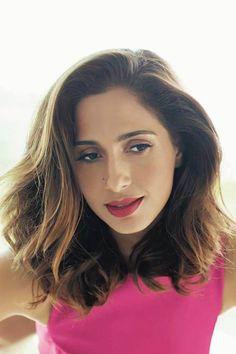 Nesse look, Camila ousa com um batom mais puxado para o vermelho
