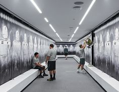 Image 35 of 41 from gallery of University of Oregon Hatfield-Dowlin Complex / ZGF Architects. Photograph by ZGF Architects Room Layout Design, Warehouse Shelving, Locker Designs, Locker Ideas, Gym Interior, Interior Design, Gym Lockers, Oregon Ducks Football, Changing Room