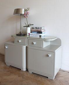 Staré noční stolky v novém stylu s porcelánovými úchytkami. Barva béžové, na povrchu barevné sklo.     Celkem 2ks, cena za kus