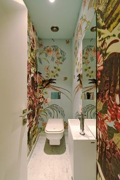 Romantic Interiors Thatll Make You a Fool for Love Tapeten Ideen Bathroom Wallpaper, Bathroom Wall Decor, Bathroom Interior, Wallpaper Toilet, Bathroom Remodeling, Bathroom Ideas, Small Toilet Room, Small Bathroom, Wc Bathroom