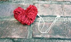 Learn how to make your very own DIY Heart Pom Pom Necklace! It is such a fun and easy Valentine's Day Craft. Handmade Valentine Gifts, Easy Valentine Crafts, Valentine Heart, Saint Valentine, Valentine Ideas, Handmade Gifts, Ana Kraft, Saint Valentin Diy, Valentines Bricolage