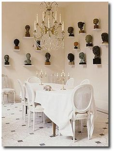 Small dining room decor can be create by provide area to display decoration. Decorative tiles, decorative bottles, or family photo on the niche in the wall. French Interior, Home Interior, Interior Design, Dining Room Wall Decor, Room Decor, Apartment Therapy, Deco Champetre, French Chairs, Small Dining