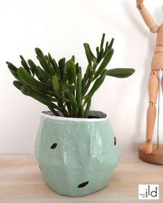 Cache pot vert pastel, blanc et motif noir - fait main en papier maché, léger et écologique // Hand made small plant holder - paper mache, pale green painted and black