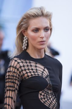 chopardredcarpet:  Polish Model Anja Rubik wore a pair of diamond chandelier earrings (40 carats) set in titanium and a diamond ring from Chopard's Red Carpet Collection featuring a pair of emerald-cut diamonds (10 carats) and diamond pave set in 18-karat white gold.