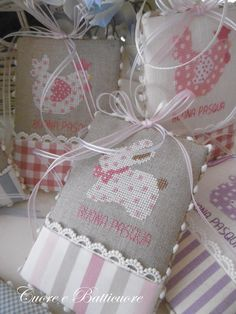 Dallo schema '' Pasqua in sampler '' . due graziosi pin keep ad opera dell'autrice. Cross Stitching, Cross Stitch Embroidery, Hand Embroidery, Cross Stitch Patterns, Lavender Bags, Cross Stitch Finishing, Easter Crochet, Pin Cushions, Crafts To Make