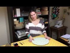 Capa de sousplat: Aprenda a fazer a sua! - Receber by Dani Victorazzi Mug Rugs, Sewing Hacks, Pot Holders, Diy And Crafts, Projects To Try, Crafty, Quilts, Simple, Youtube