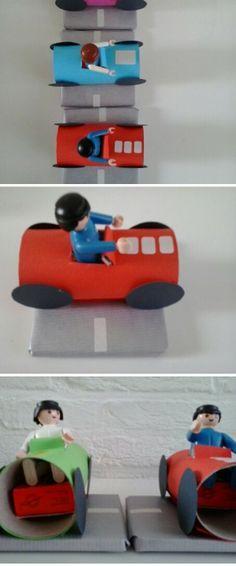 Mijn versie van de auto's   wc rol met playmobile poppetje, op een doosje rozijnen en een weg gemaakt van een ingepakt boekje
