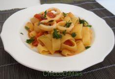 Calamarata (ricetta napoletana). Pasta calamarata senza glutine con sugo di pomodoro fresco e calamari a rondelle