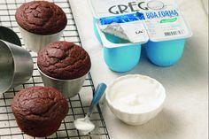 Muffin de cacau e iogurte grego para o lanche da tarde