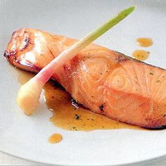 Place the salmon fillets in a casserole or other wide shallow dish. In a small bowl, combine the ingredients for the marinade and mix well. Pour over the salmon slices, and marinate for 4 to 5 hours. Easy Fish Recipes, Seafood Recipes, Healthy Dinner Recipes, Marinated Salmon, Baked Salmon, Grilled Salmon, Salmon Dinner, Japanese Dishes, Online Casino