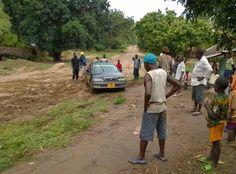 Isomman luokan riskitekijä, liikenne Afrikassa. Juuttuneena mutaan Tansaniassa. Uganda, Tanzania