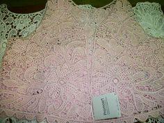 Colete de renda irlandesa feita a mão na cor rosa. Temos o modelo em outras cores e modelos....