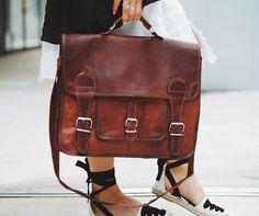 """Modern und alt scheinen ich bei """" Leon """" nicht auszuschließen, sondern die Hand zu geben. Die Umhängetasche aus Ziegenleder im aktuellen Vintage-Design eignet sich perfekt für Uni oder Arbeit und kann auch als Freizeittasche umfunktioniert werden. Gusti Leder - U31"""