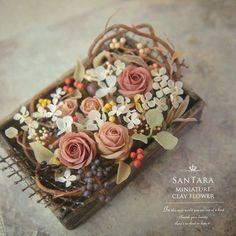 お返事が遅れていてごめんなさい🙏 またしても渋いのを。万人受けしなそうな雰囲気が大好き(笑) 白っぽく仕上げるつもりが、あまりの地味さに結局最後に明るめのパーツを刺してしまい、イメージと真逆の仕上がり😑 . #miniature #mini #flower #art #clay #rose #handmade #kawaii #dollhouse #wreathe #artist #clayflower #instagood #webstagram #antique_r_us #instagramjapan #樹脂粘土 #クレイフラワー #ミニチュア #花 #花束 #フラワーアート #ドールハウス #フラワーリース #フラワーアレンジ #バラ #薔薇 #アンティーク #ハンドメイド #ドライフラワー