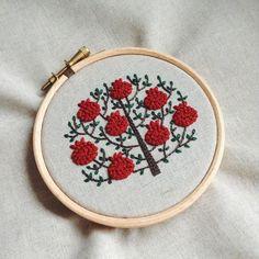 ザクロの木、生成り布バージョン。気に入ってます #embroidery #刺繍 #樋口愉美子のステッチ12か月