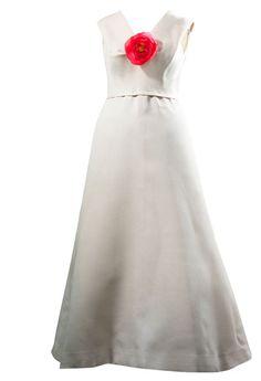 Balenciaga Paris, 1966 Robe de soirée en gazar écru. Le corsage est coupé en biaiset montre un décolleté en V.