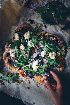 "Mustikka-fetapitsa - ""Maailman paras pitsa"" Pizza Burgers, Ciabatta, Summer Recipes, Finger Foods, Feta, Food Porn, Baking, Recipes, Finger Food"