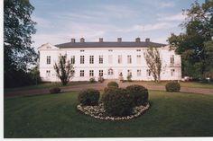 Jokioisten historia on pitkälti Jokioisten kartanon historiaa. Pysyvä asutus syntyi Jokioisiin 1300-luvulla. Kartano perustettiin vuonna 1562, jolloin kuningas Erik XIV antoi Portaan pitäjän Jokioisten neljänneskunnan läänitykseksi Klaus Kristerinpoika Hornille. Omistajina olivat myöhemmin monet tunnetut suvut kuten Flemingit , Kruusit , Reuterholmit ja Mannerheimit. Mahtavimpana kartanon kehittäjänä jäi historiaan kuitenkin maaherra, kenraalimajuri von Willebrand. Mansions, Monet, House Styles, Home Decor, Historia, Decoration Home, Manor Houses, Room Decor, Villas
