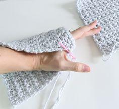Easy beginner crochet wristers (fingerless gloves) – Knitting For Beginners 2020 Easy Crochet, Beginner Crochet, Free Crochet, Knit Crochet, Crochet Hats, Crochet Geek, Crochet Granny, Crochet Fingerless Gloves Free Pattern, Fingerless Gloves Knitted