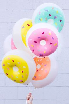 Awesome DIY donut balloons from Studio DIY. Donut party please! Donut Party, Donut Birthday Parties, Birthday Ideas, Diy Birthday, Birthday Decorations, Balloon Decorations, Balloon Crafts, Balloon Ideas, Summer Birthday