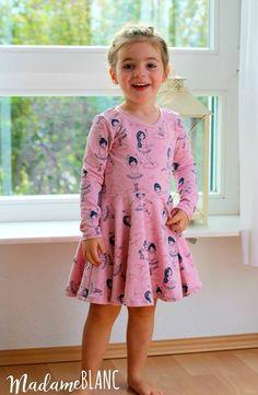 Näh-Connection: Janie Dress von Mouse House Creations - Ebook für wunderschöne Drehkleider mit vielen Ärmel- und Ausschnittvarianten. Auf Deutsch nur bei Näh-Connection. Designbeispiel von Madame Blanc