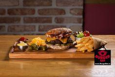 Cheeseburger - hovězí hamburger z mletého masa, čedar, slanina, nakládaná okurka, hořčice, kečup